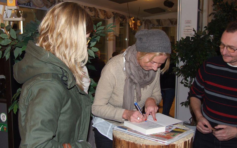 Rita Falk signiert Bücher beim ersten Spiel des EV Aich gegen den ESV Gebensbach